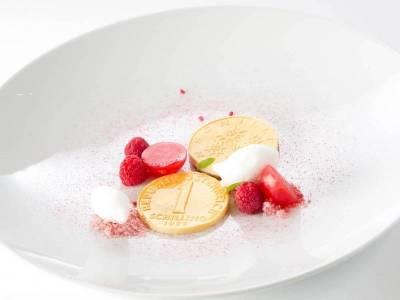 """Freestyle-Dessert: """"Schilling"""": Enzian / Weiße Schokolade / Wermut / Himbeere"""