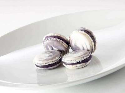 Praline / Petit Four: Macaron / Heidelbeer-Veilchen-Joghurt