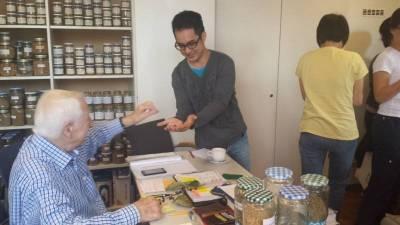 Prof. Edelbauer verteilt Kaffeebohnen zum Einsetzen