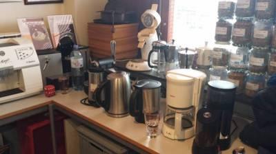Die verschiedensten Kaffeemaschinen stehen bereit