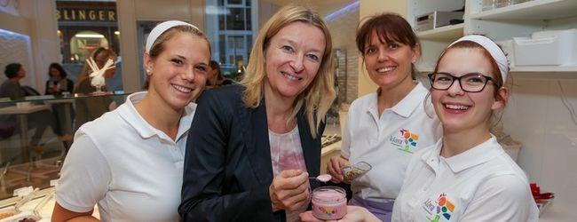 Dr. Marisa Sailer umgeben von den Mitarbeiterinnen der Klara Fruchtsennerei