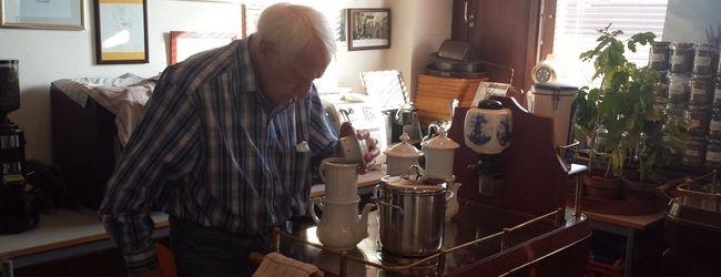 Prof. Edelbauer überprüft die Kaffeezubereitung in der Karlsbader Kanne