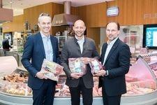 v.l.n.r.: Manuel Hofer, Hannes Royer und Thomas Panholzer in der Fleischabteilung des Transgourmet Standortes Traun/OÖ